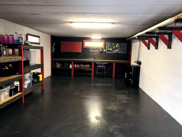 Mikko Tuomen valmis autotalli ja mancave on tyylikkään tumma ja kaikille tavaroille on omat paikkansa.