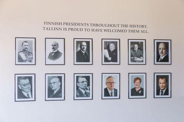 Suomen suurlähetystölle omistetun huoneen seinällä on kuvia tasavallan presidenteistä.