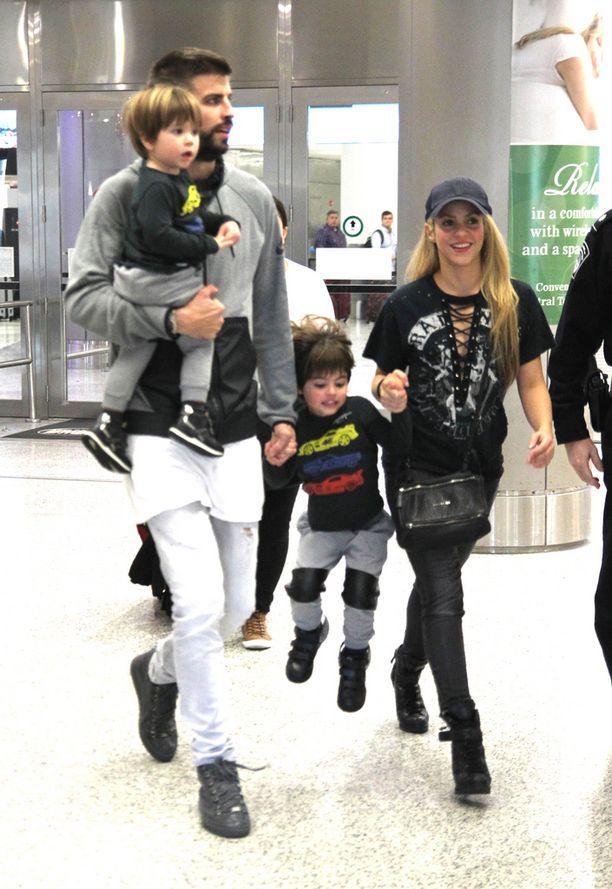 Shakira on miestään Piquélia 10 vuotta vanhempi. Tässä perhe Miamissa lentokentällä viime joulukuussa.