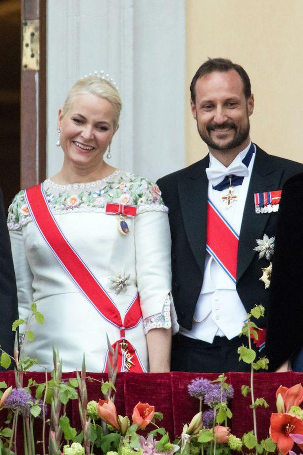 Kruununprinssi Haakon puolisonsa Mette-Maritin vierellä. Pariskunta avioitui vuonna 2001 ja heillä on kaksi yhteistä lasta.