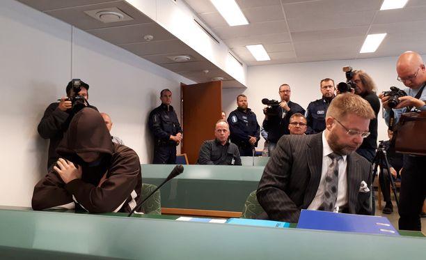 Jori Juhani Lasosta syytetään kolmesta murhasta.