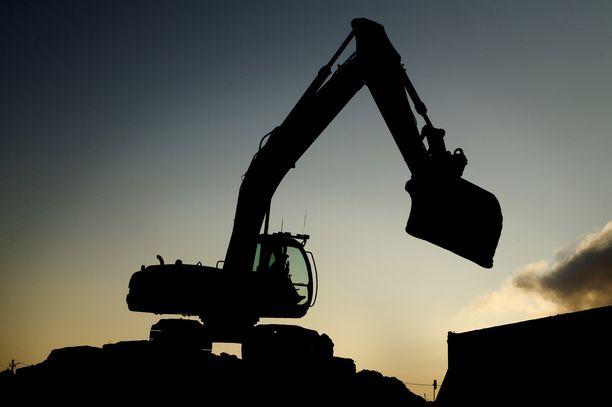 Rakennustyömies jäi betonielementin ja kaivinkoneen kauhan väliin puristuksiin. Kuvituskuva.