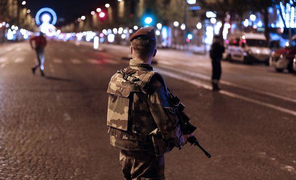 Sotilaat valvoivat tapahtumapaikan ympäristöä torstai-iltana.