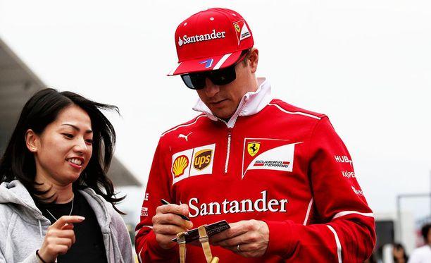 Kimi Räikkönen on tällä kaudella jakanut mielellään nimikirjoituksia.