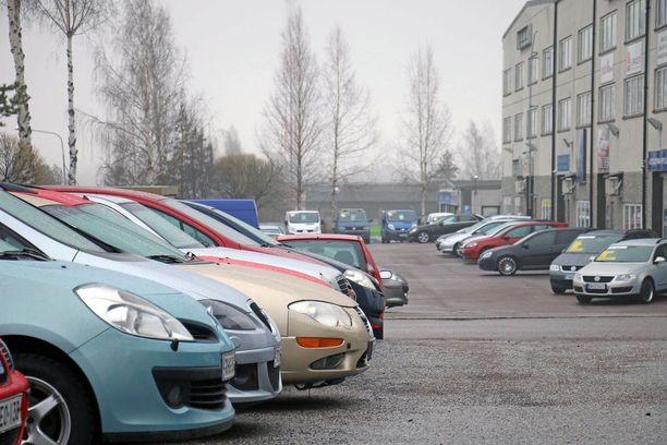 Suomalaiset ostavat käytetyn auton mieluiten autoliikkeestä.