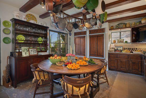 Tummaa puuta on myös keittiössä. Mahtaako vihreä olla Somersin lempiväri?