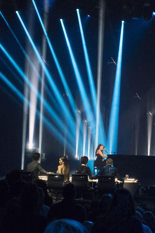 Saara aloitti Queenin Bohemian Rhapsody -kappaleen pianosäestyksellä.