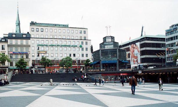 Tukholman Sergelin torilla koettiin eilen kauhunhetkiä, kun veitsimies yhtäkkiä hyökkäsi poliisin kimppuun.