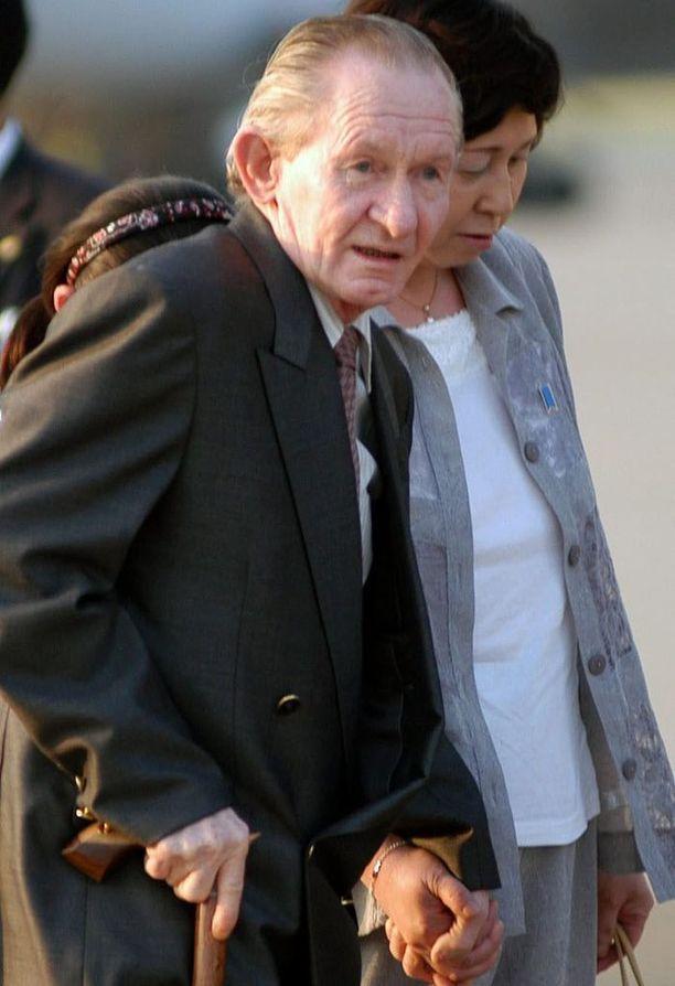 Charles Jenkins vaimonsa Hitomi Sogan kanssa heinäkuussa 2004, jolloin hän matkusti Pohjois-Koreasta Indonesian kautta Japaniin.