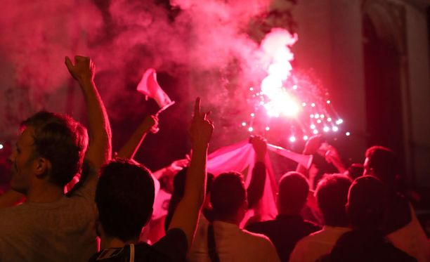 Ranskan kannattajat juhlivat Ranskan voittoa ottelun jälkeen Champs Elysee lähellä.