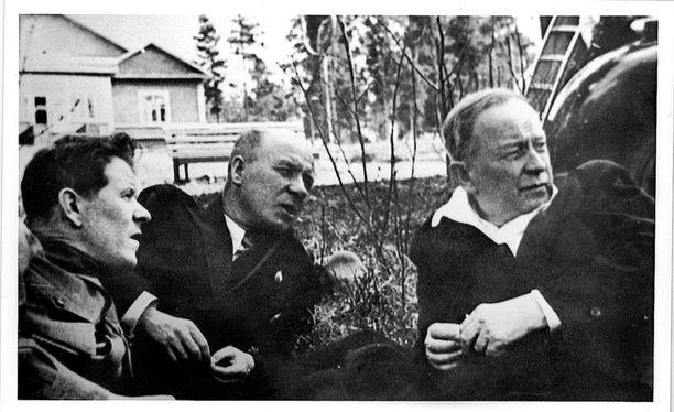 Karjalan troikan jäsen ja suurpuhdistaja, kommunistipuolueen aluejohtaja Gennadi Kuprijanov (vas.), Suomessa armahdettu ja karkotettu Toivo Antikainen (kesk.) sekä Karjalan korkeimman neuvoston puhemiehistön johtaja Otto Kuusinen (oikealla) Petroskoissa kesällä 1940.