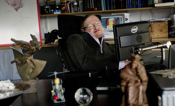 Stephen Hawking kuvattiin työhuoneessaan Cambridgen yliopistolla joulukuussa.