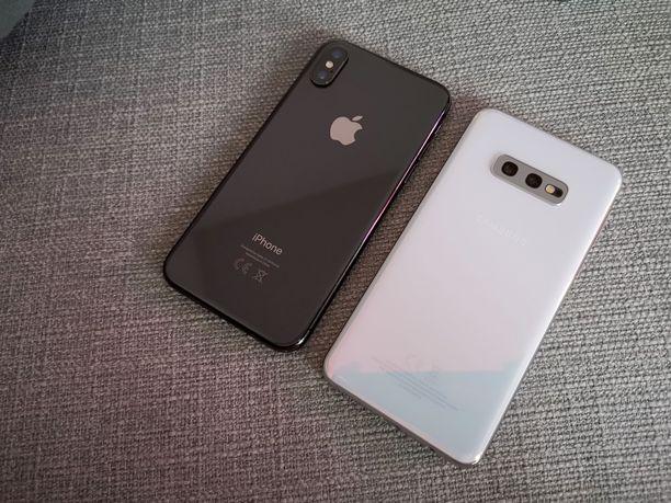 Iphone X ja Galaxy S10e vierekkäin.
