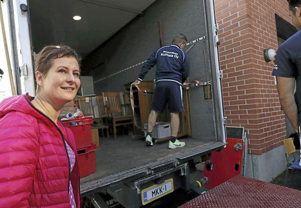 Vanhan ajan sisustuskauppa Pimeetä Vinttiä pitävä Marika Fagerlund on kiinnostunut Billnäsin huonekaluista, jotka tuovat hänelle lapsuusmuistot mieleen.