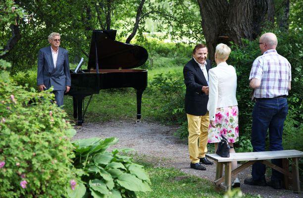 Lähes 40 vuotta yhdessä ollut pariskunta kuunteli liikuttuneena Eino Grönin esityksen.