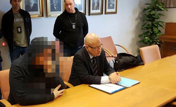 Epäilty otettiin kiinni maaliskuun lopulla, kun hän itse Tampereen keskustassa koputti poliisiauton ikkunaan ja halusi tunnustaa tekonsa.
