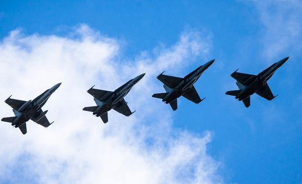 Venäläiskoneen epäiltiin loukanneen Suomen ilmatilaa myös lauantaina. Kuvassa Satakunnan lennoston koneita.