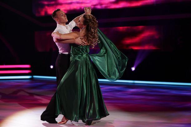 Tanssin tunnelmassa Janina Fry onnistui saamaan korkonsa helmaan kiinni.