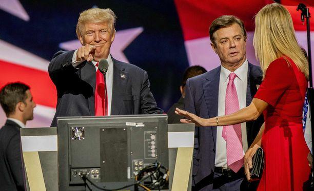 Donald Trump silloisen kampanjapäällikkönsä Paul Manafortin ja tyttärensä Ivanka Trumpin kanssa presidentinvaalikampanjan aikana.