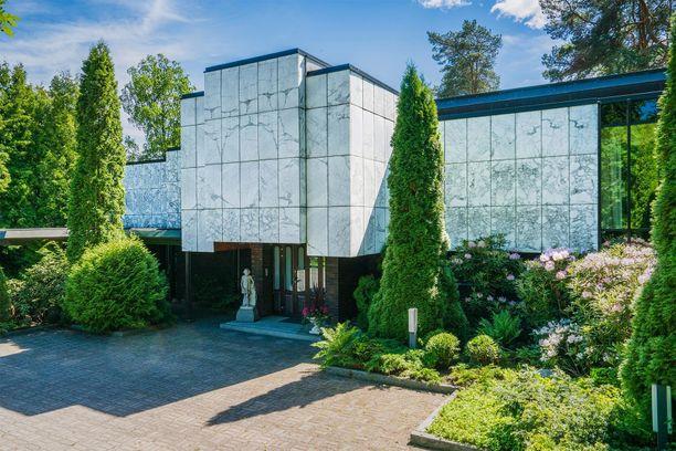Tampereen luksuskodin julkisivu on marmoria.