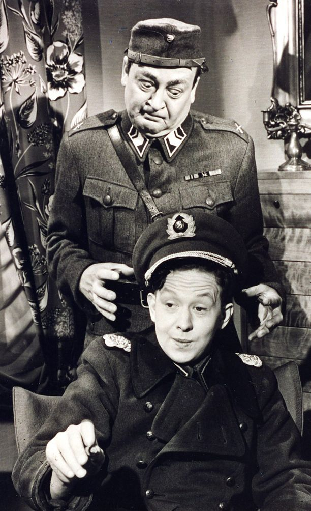 Lasse Pöysti ja Pentti Viljanen elokuvassa Miljonäärimonni.