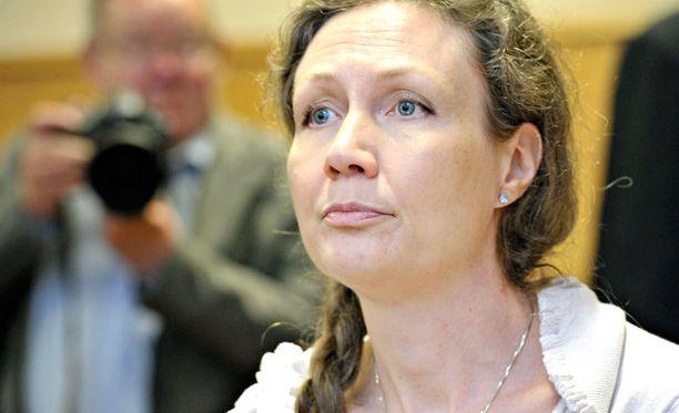 Anneli Auer harmistui oikeudessa erikoislääkärin lausunnosta.
