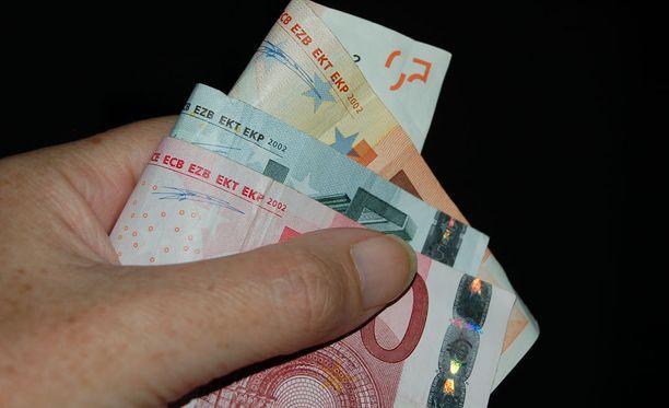Seksiä eläkeläiselle myynyt nainen suostutteli miehen antamaan hänelle suuria lainoja. Peliriippuvainen nainen menetti vippaamansa rahat.