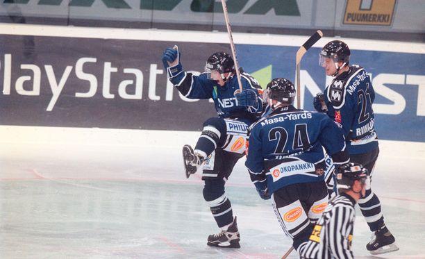 Teemu Riihijärvi (oikealla) juhli maalia Timo Hirvosen ja Tero Tiaisen kanssa Bluesin paidassa vuonna 1998.