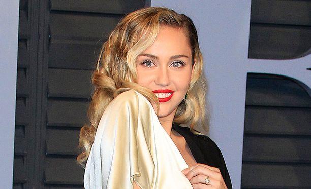 Miley Cyrus on karistanut lapsitähden viitan harteiltaan.