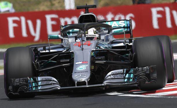 Lewis Hamilton ajoi kauden viidennen paalupaikkansa.