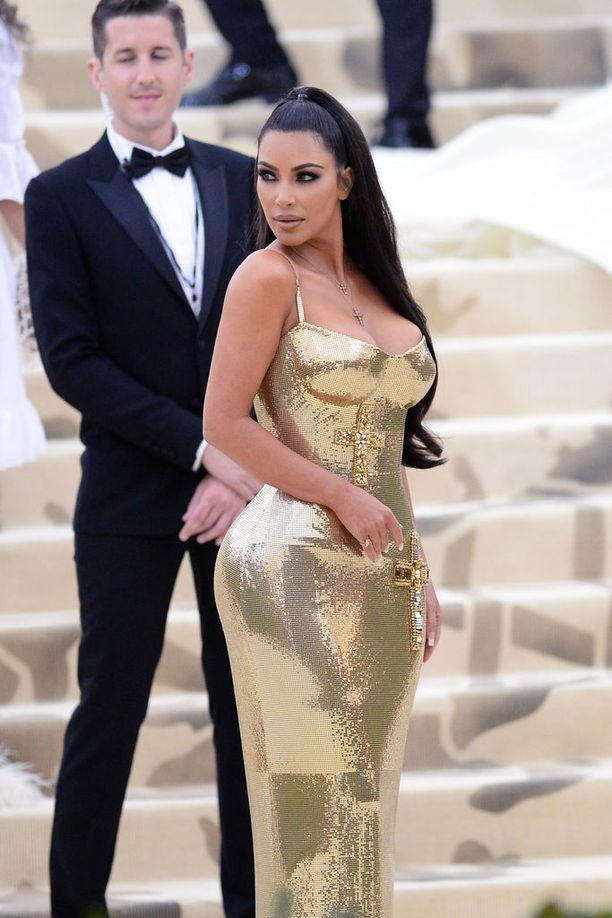 Kim Kardashian ja kuuluisat kurvit.