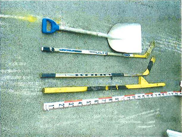 Aseina pojat käyttivät Näkkäläjärven isän lumilapion lisäksi mökiltä löytämiään jääkiekkomailoja. Myös yksi puujalka löytyi nuotiosta.