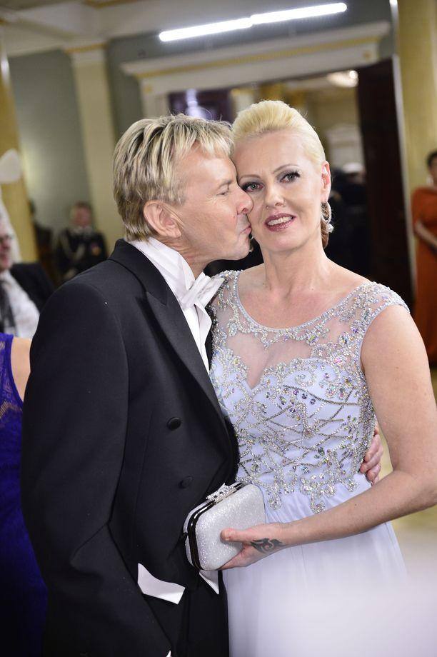 Vuonna 2015 Pia ja Matti Nykänen juhlivat Linnassa. Matti innostui antamaan vaimolleen poskipusun.
