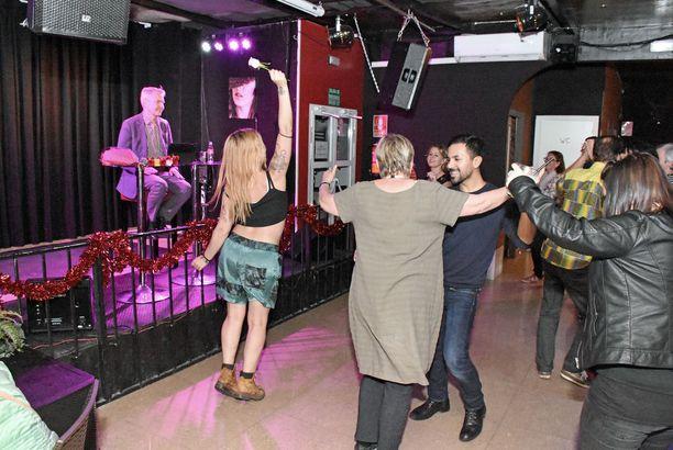 Antonio Flores intoutui tanssimaan Aurinkorannikon suomalaisten karaokebaarin tanssilattialla, kun DJ-presidenttiehdokas Pekka Haavisto kaivoi Spotifysta esiin muun muassa M.A. Nummista, Pirkko Mannolaa ja Antti Tuiskua.