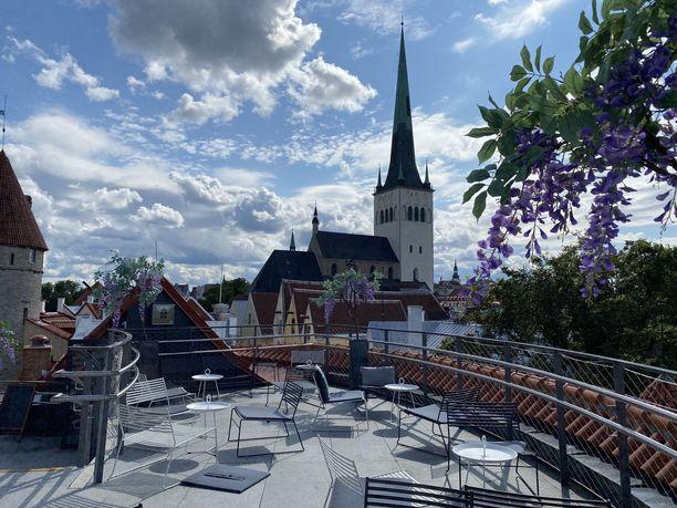 Paksun Margareetan tornin katolla toimii kahvila, jonka terassilta on huikea näköala niin rantaan kuin Vanhaankaupunkiinkin.