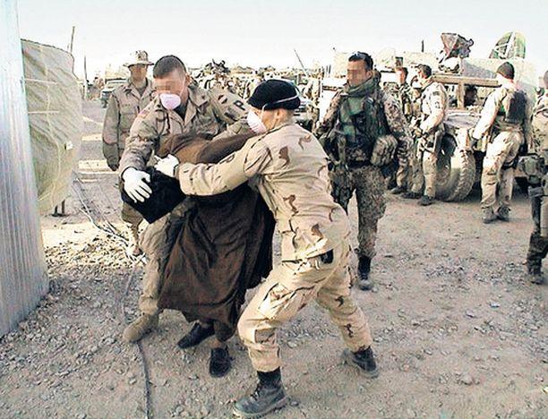 Kuva vankien luovutuksesta Afganistanissa on yksi ohjelman todisteista.