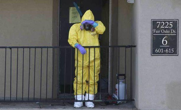 Päästä varpaisiin suojautuneet siivoojat puhdistivat ebolaan menehtyneen Thomas Eric Duncanin asuntoa Dallasissa.
