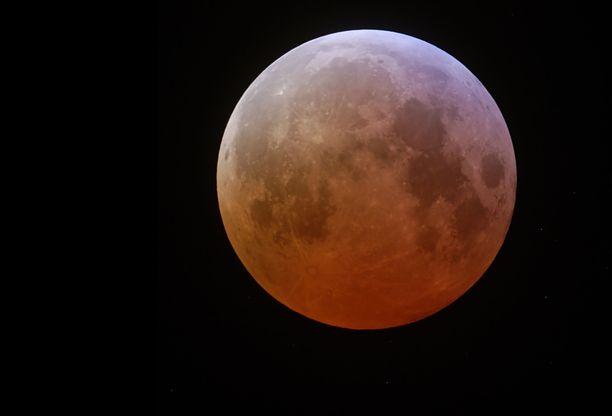 Tältä näyttää Kuu pimennyksen aikana. Se hohtaa punaista kajoa.