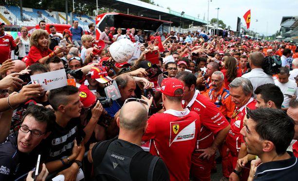 Kimi Räikkönen nautti tifosien suosiosta.