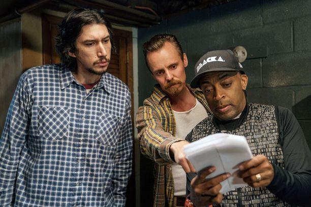 Näyttleijät Adam Driver ja Jasper Pääkkönen elokuvan kuvauksissa yhdessä ohjaaja Spike Leen kanssa.