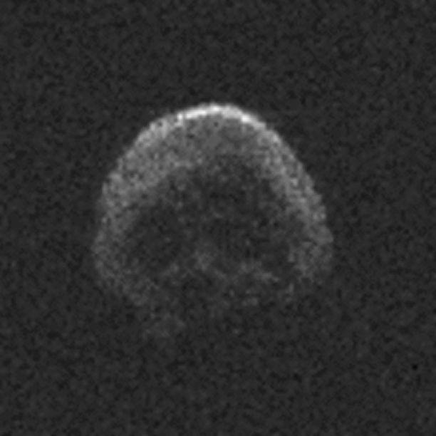 2015 TB145 -asteroidi paljastui tuoreimmissa tutkakuvissa pääkallon muotoiseksi.