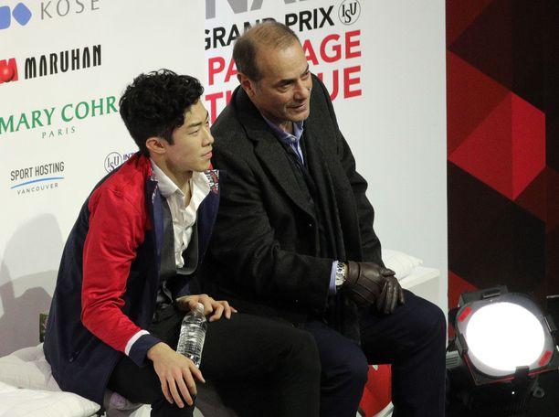 Nathan Chen valmentajansa Rafael Arutunianin vierellä taitoluistelun GP-kilpailussa. All Over Press