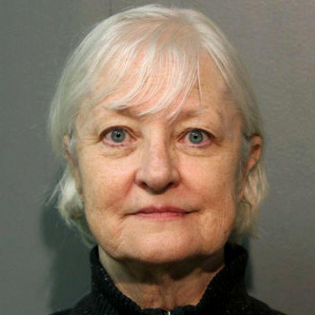"""Viranomaisten mukaan Marilyn Hartmanin """"salainen ase"""" on ollut se, että isoäidin näköinen valkoinen nainen ei herätä lentokentillä kovin helposti epäilyksiä."""