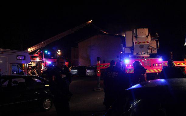 Tapahtumapaikalla oli useita pelastusyksiköitä. Naapurin mukaan palo sai alkunsa ohikulkijan sytyttämästä moposkootterista.