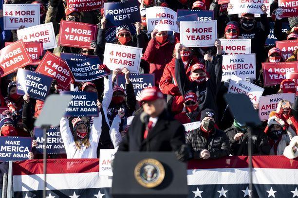 Trumpin innokkaat kannattajat kuuntelivat presidenttiä Pennsylvanian osavaltiossa marraskuun presidentinvaalien aattona.