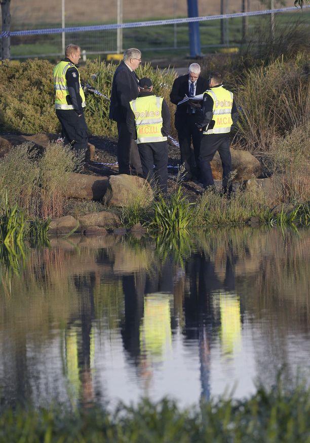 Poliisit tutkivat rikospaikkaa huhtikuussa 2015.