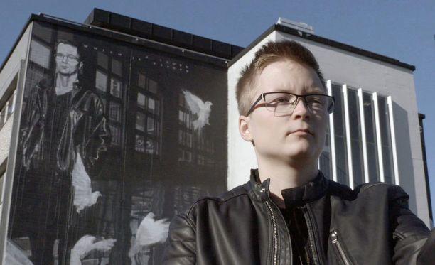 Sakris Kupila ajaa transihmisten asiaa. Viime vuonna miltei tuhat suomalaista hakeutui sukupuoli-identiteetin tutkimuksiin.