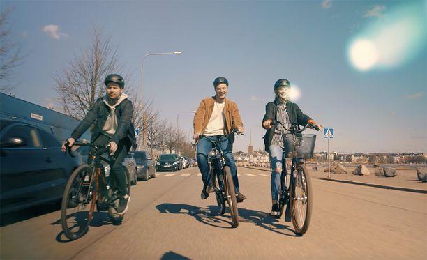 Sähköpyörällä matka taittuu nopeammin ja pidemmälle, pyöräilyn terveydellisiä vaikutuksia unohtamatta.