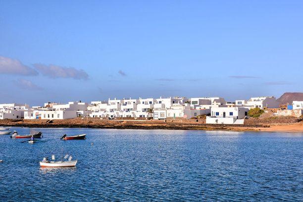 Suurin osa saarelaisista asuu Caleta del Sebossa.
