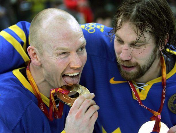 Mats Sundin (vasemmalla) ja Peter Forsberg juhlivat olympiakultaa Torinossa vuonna 2006.